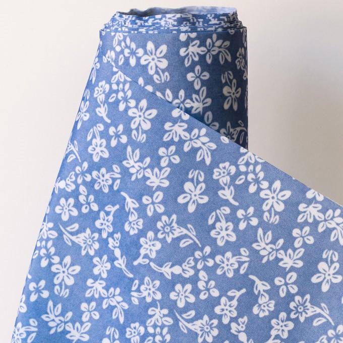ראנר פרחים לבנים על רקע כחול