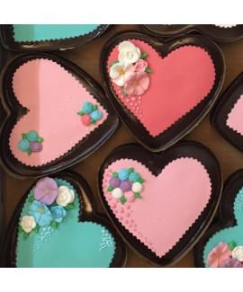 עוגת שוקולד אישית עם טופר לב